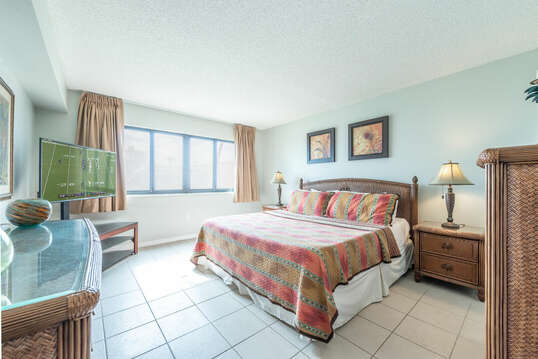 Spacious master bedroom with king bed, large walk in close, en-suite & 50