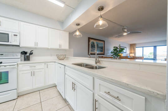 Fully equipped, high-end kitchen & bar with quartz countertops