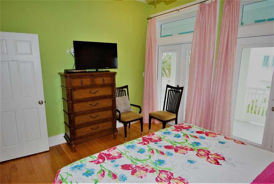 2nd Bedroom; Queen size bed2nd floor