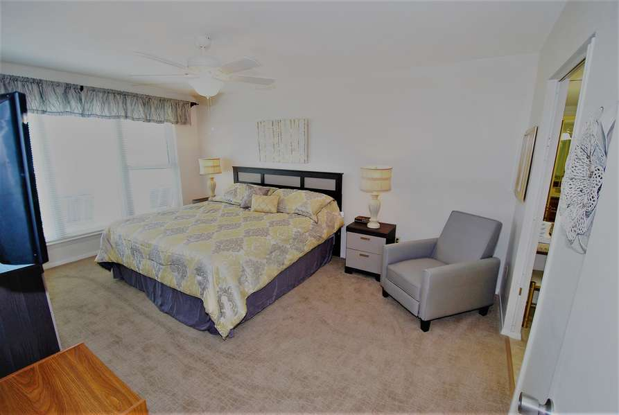 Master Bedroom; King Size Bed, Watch the Sunrise right from Bed!