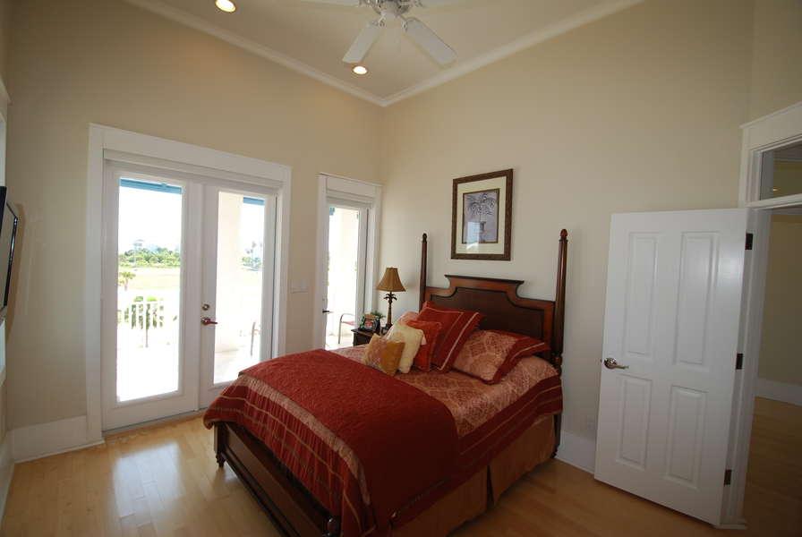 3rd bedroom: Full size bed 3rd floor