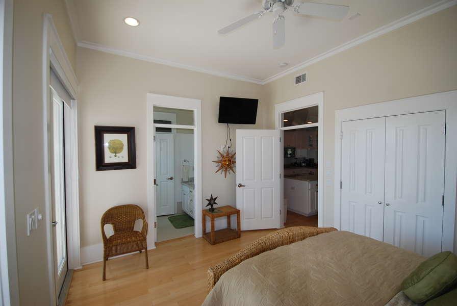 2nd bedroom: Queen size bed 2nd Floor