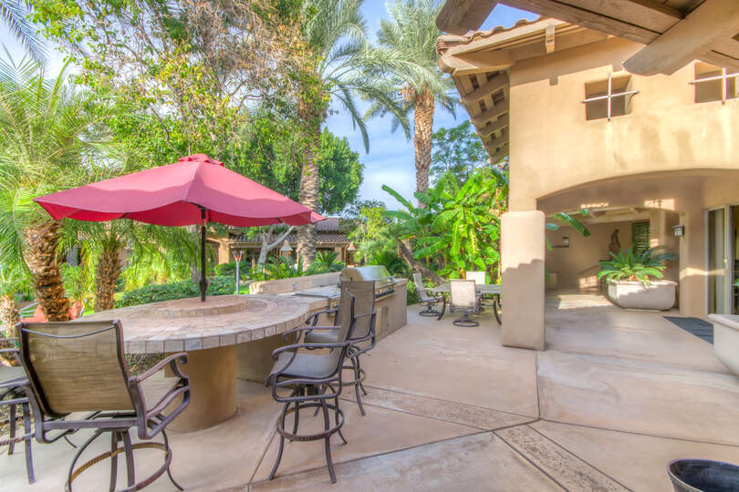 Eat lunch or BBQ outdoors in the built in breakfast nook.