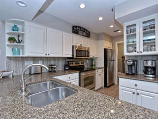 Fully equipped kitchen! Kitchenaid Mixer, Ninja blender, Keurig, spice rack...