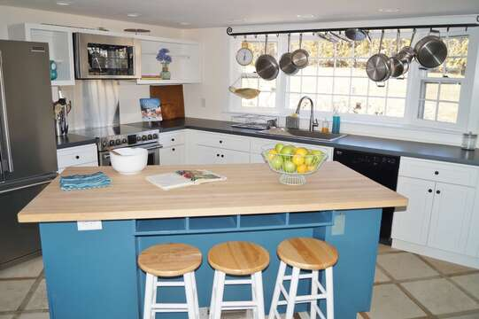 The breakfast bar has 3 stools - 117 Old Wharf Road Chatham Cape Cod - New England Vacation Rentals