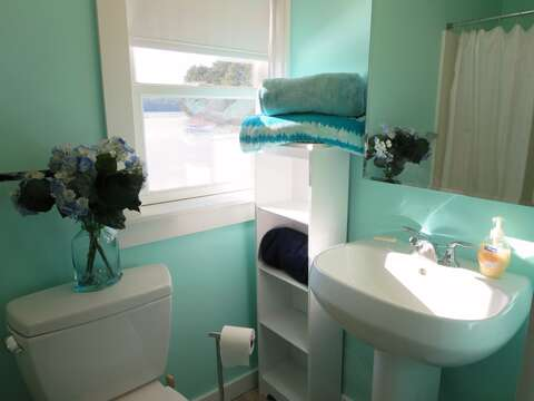 Full bathroom located off of the hallway with a shower - 1047 Old Queen Anne Road Chatham Cape Cod - New England Vacation Rentals