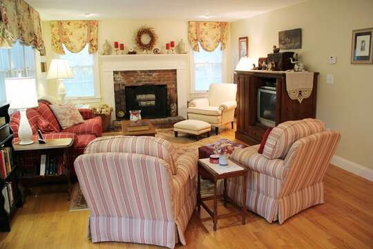 Living room with Central air and WIFI- 29 Ginger Plum Lane Harwich Port Cape Cod - New England Vacation Rentals
