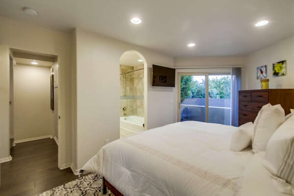 2nd level Master bedroom with King bed, en suite bathroom