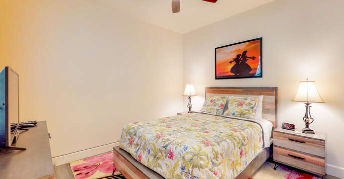 Queen Bed, Warm Decor & Flat Screen TV in Ground Floor Bedroom