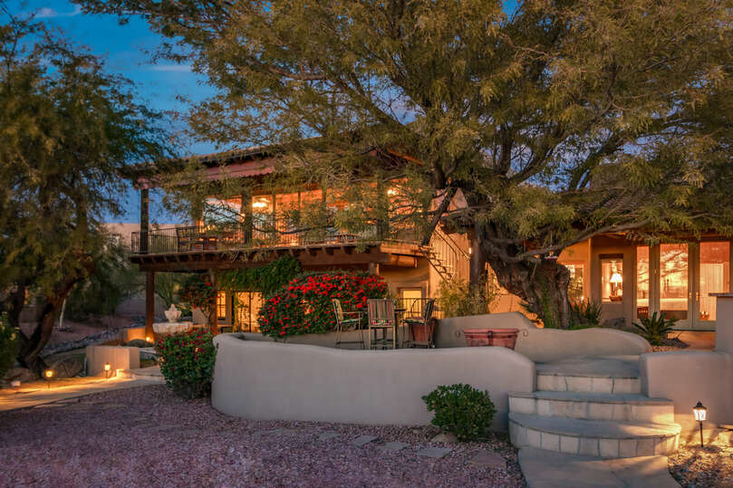 Come and enjoy the beautiful Arizona nights at this stunning desert ranch oasis.