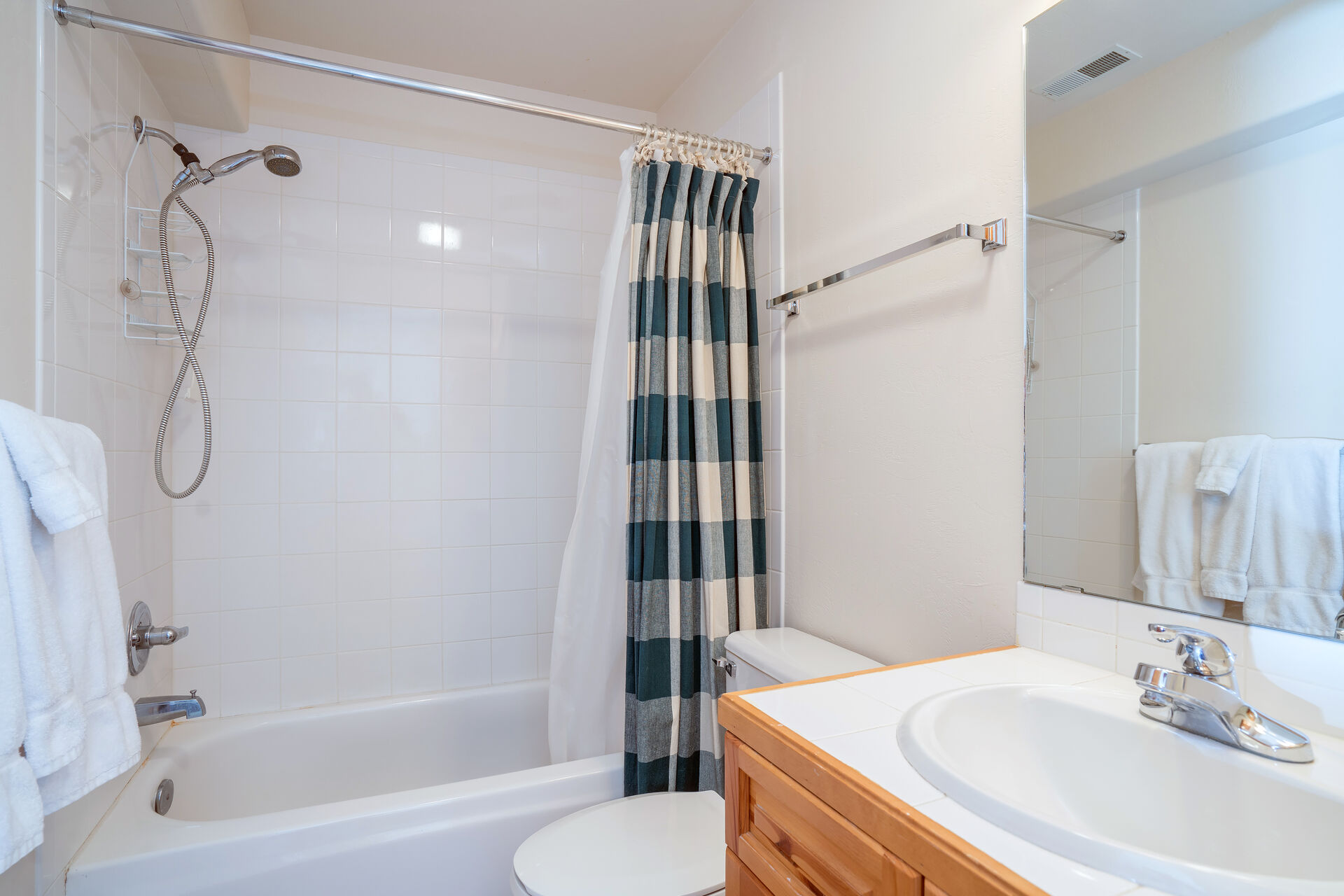 Full Bathroom with Shower/Tub Combo and Vanity