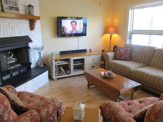 Living room with fireplace Cecebe