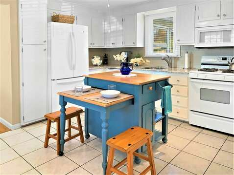 Fully equipped kitchen, stove, dishwasher, fridge , microwave with center island - 22 Muscovy Lane West Yarmouth Cape Cod - New England Vacation Rentals