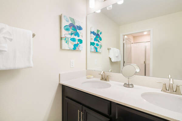 A shared bathroom for the kids and twin bedrooms