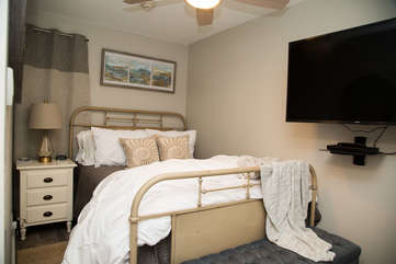 Beautiful and comfortable queen bed in the master- Huge 50