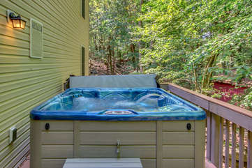 Outdoor hot tub of this Lake Harmony rental.