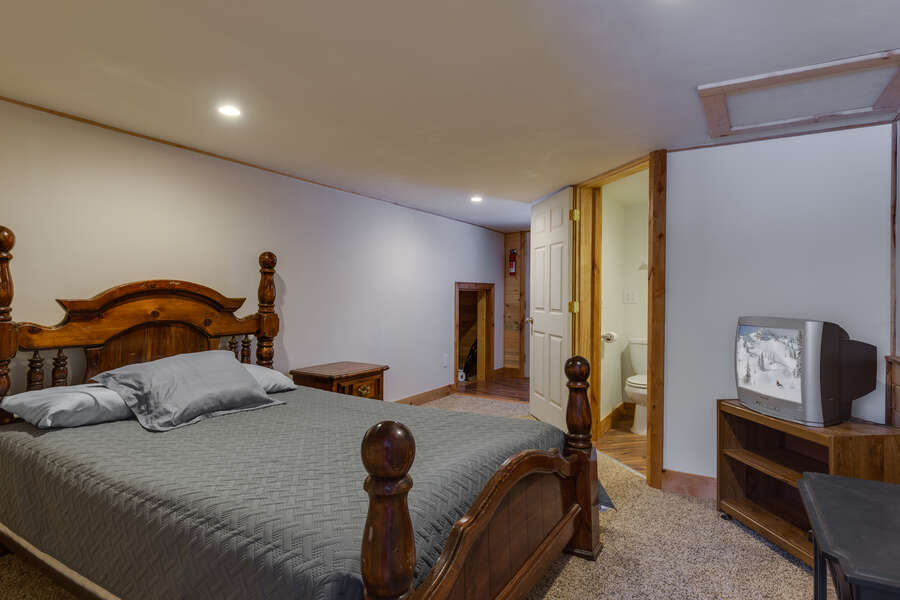 Roger Dodger - accommodations above garage (see description for availability). Loft w/ a queen bed. Considered bedroom #3.