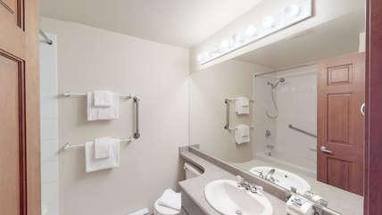 Primary bedroom 4 - Piece en-suite with shower over tub