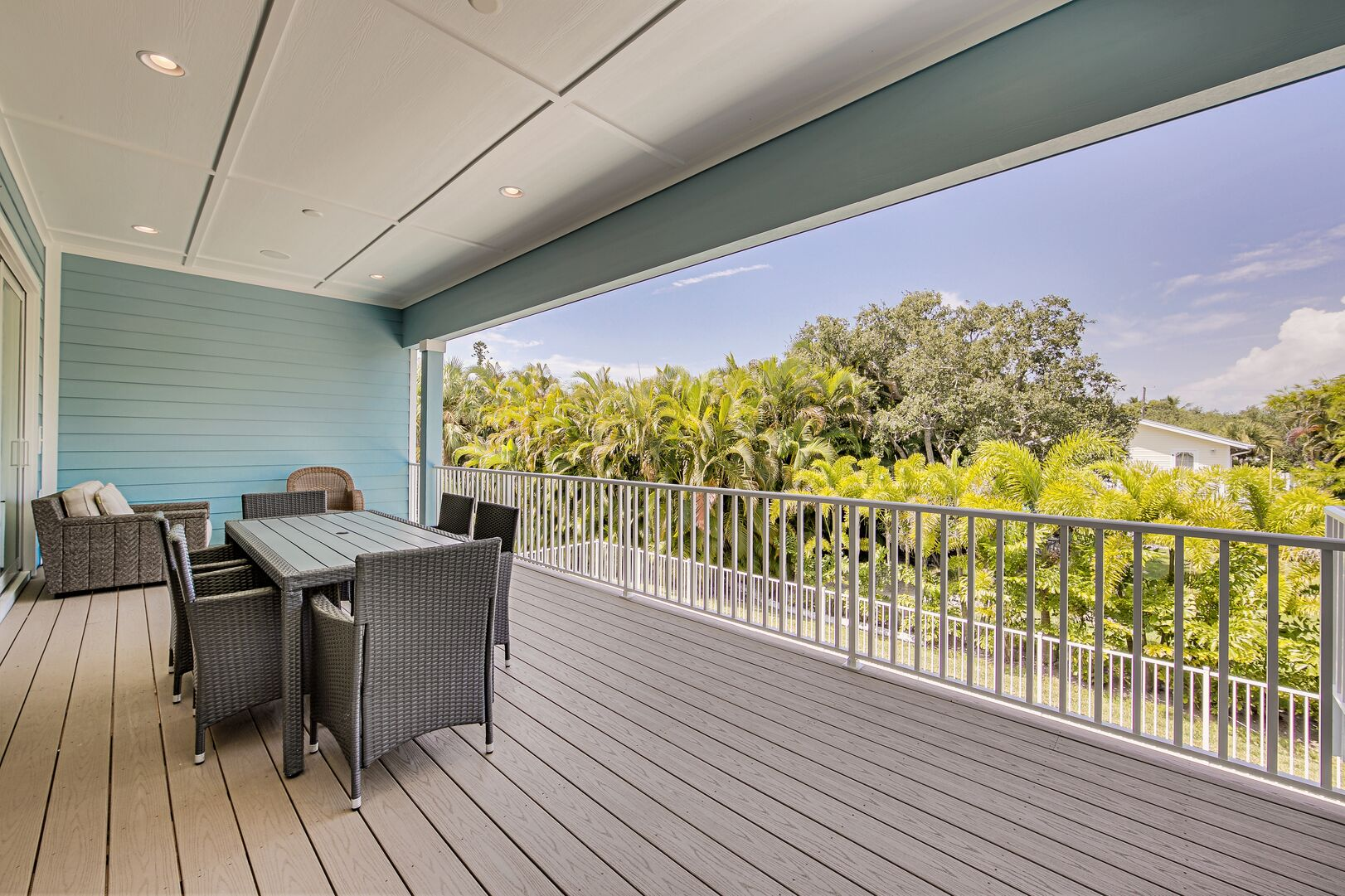 This vacation rental near Fort Myers Beach has outdoor seating for six