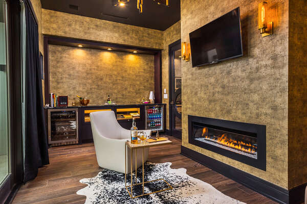 The executive lounge, detailed with black onyx marble, wood and leather accents and warmed by a fireplace creates a relaxing atmosphere