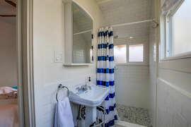 Bathroom en suit off of bedroom.