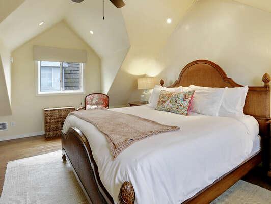 Master Bedroom w/ King + En-suite Bathroom –Third Floor