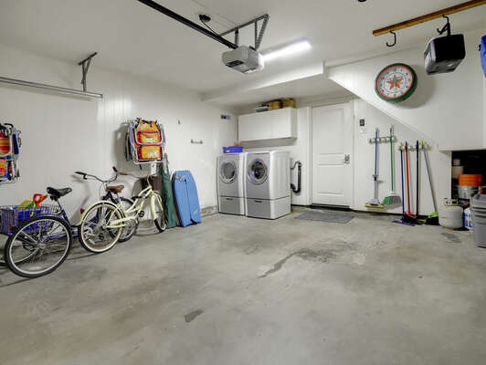 1-Car Garage w/ Beach Items & Private Washer/Dryer - Bikes NOT For Guest Use