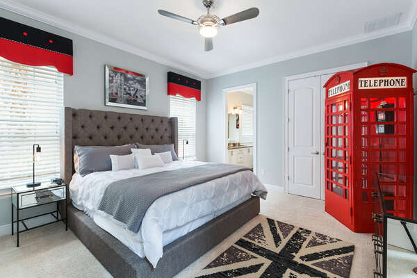 Master Suite on the ground floor with King bed, 55 inch, 4K SMART TV and en-suite bathroom