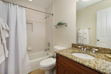Upstairs guest bath with tub/shower