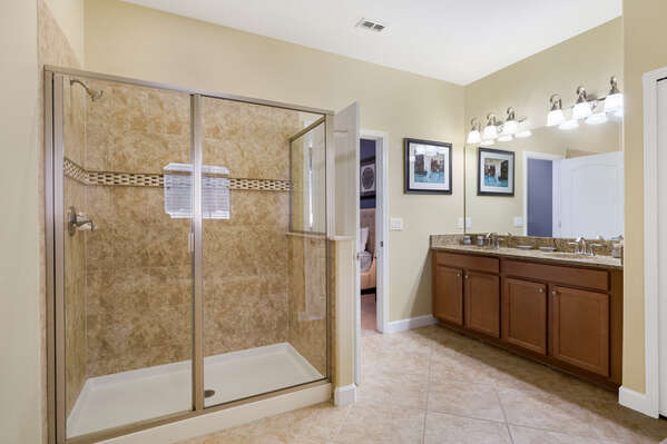 Master en-suite bathroom with access to the pool area