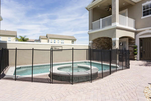 Pool fence with upgraded self closing door for your piece of mind