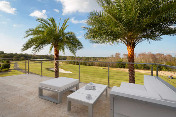 The patio balcony is ideal to enjoy your morning coffee and the 180-degree view of the golf course