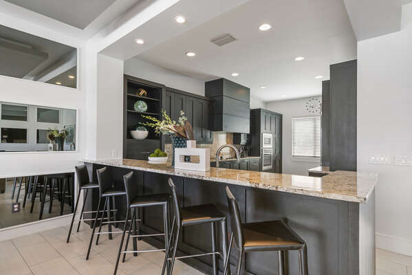 Breakfast bar with stools for 5