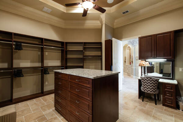 walk-in closet with built in shelving