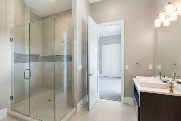 It also features a large glass walk-in shower