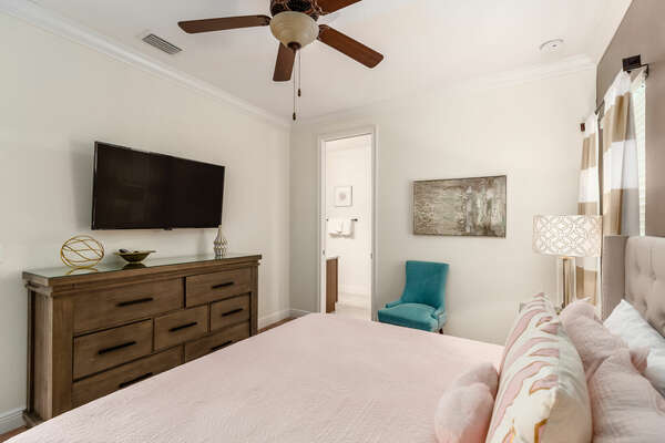 Beautiful decorations, access to the shared bathroom and a 42-inch SMART TV