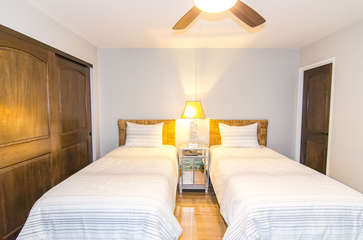 Guest bedroom with twin beds that are convertible to King