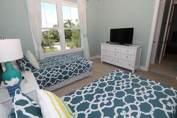 Second guest bedroom with xl Twin beds