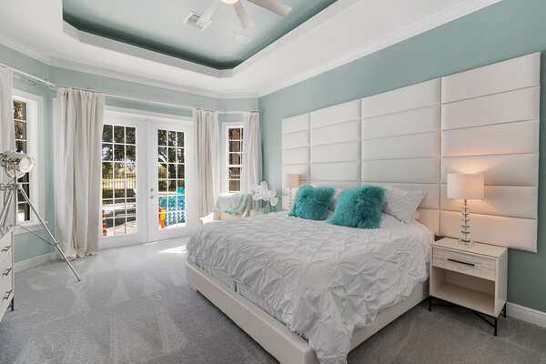 The downstairs Master Suite features high ceilings and black-out curtains to ensure a great night of sleep after enjoying the Orlando area attractions
