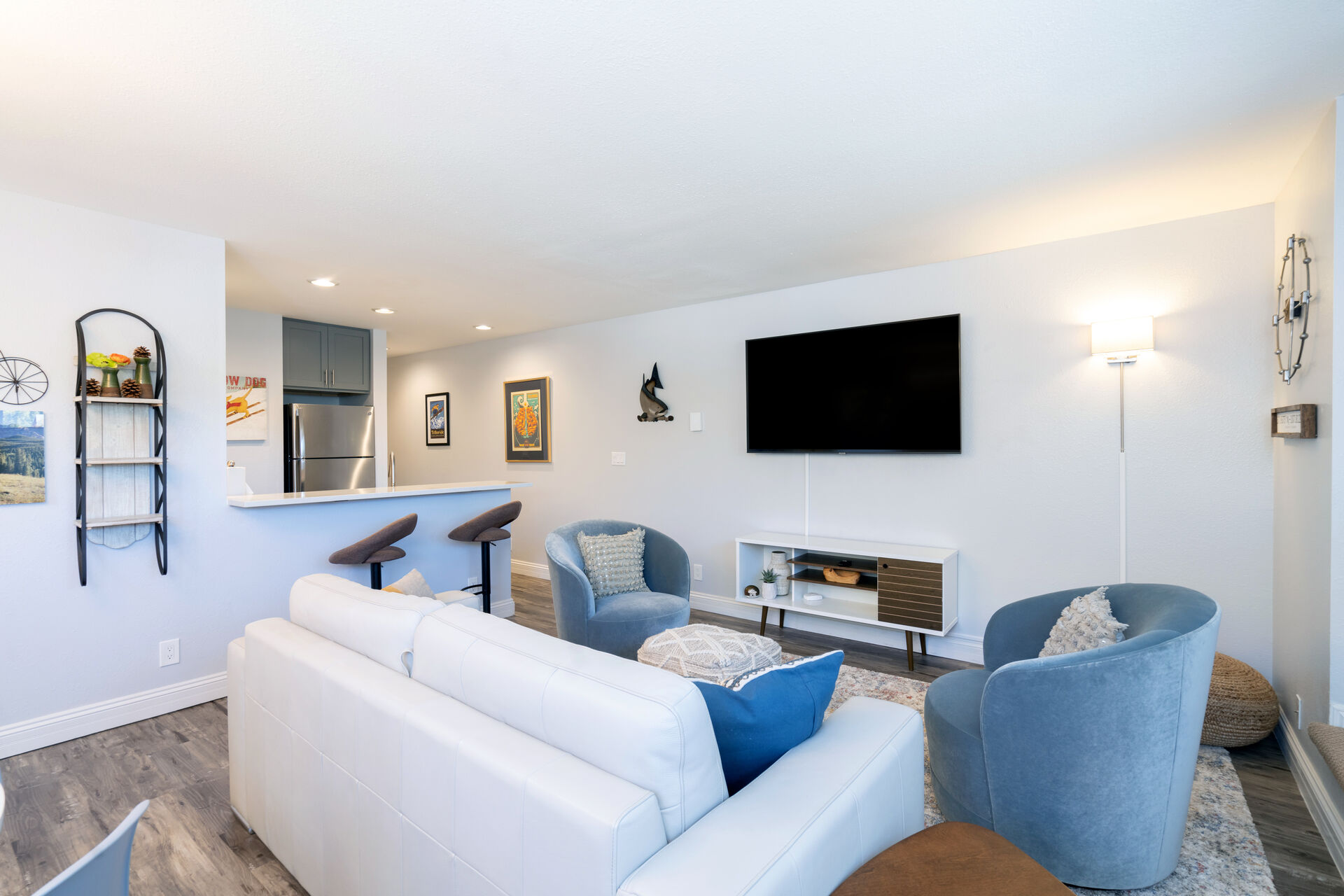 Living room area seating 5 with large flatscreen TV