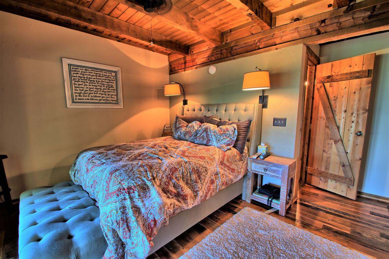 Queen master bedroom with en suite bathroom