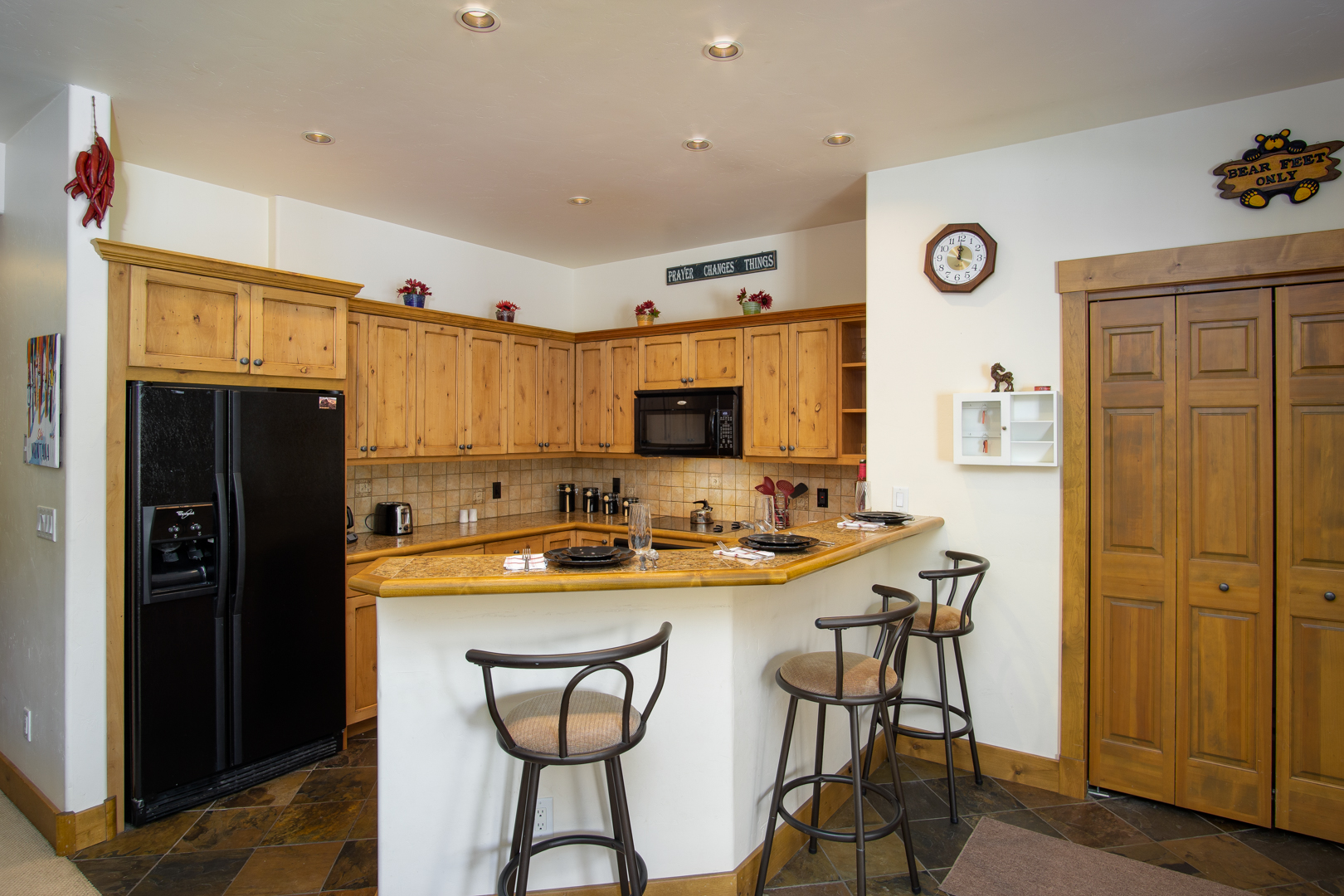 Fully Equipped Kitchen with 3 Stools at the Breakfast Bar