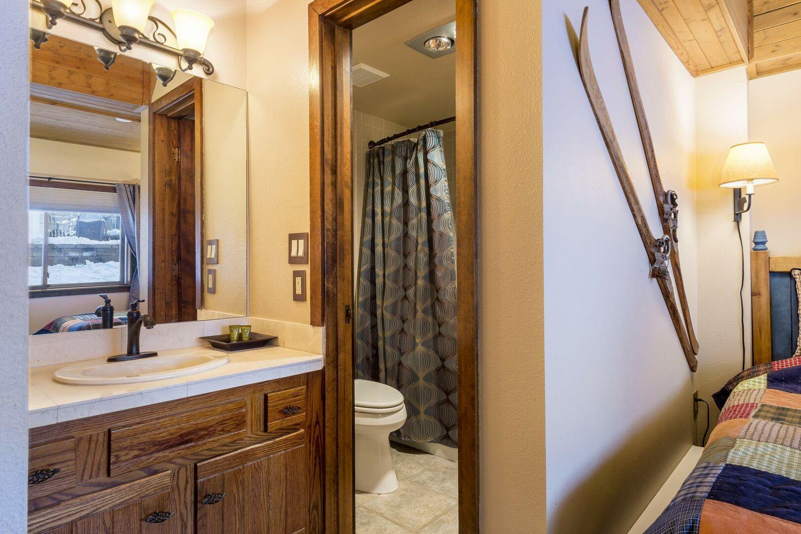 Twin bedroom with an en suite bathroom
