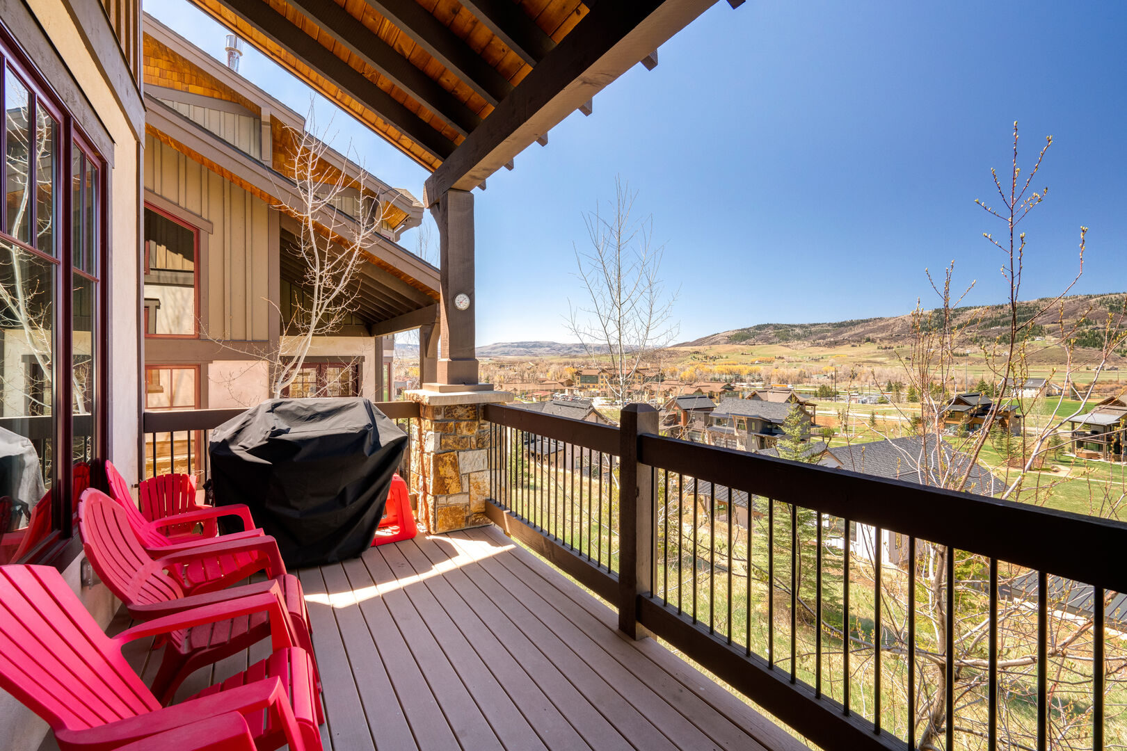 Main level deck with gas grill to cook up dinner!