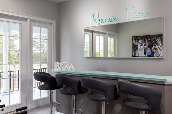 Eat or snack at the Reunion wet bar