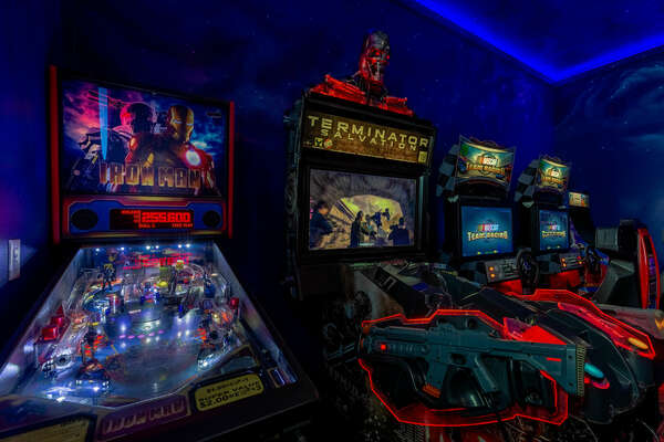 Have fun on the Iron Man Pinball machine