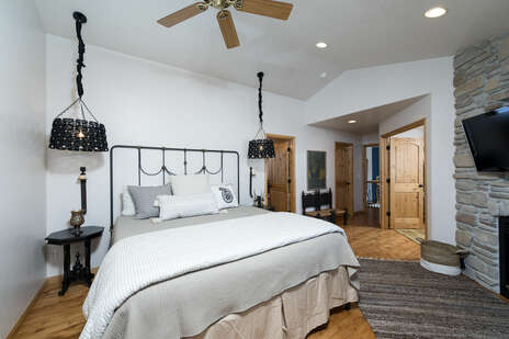 King Master Bedroom with En-suite Bathroom