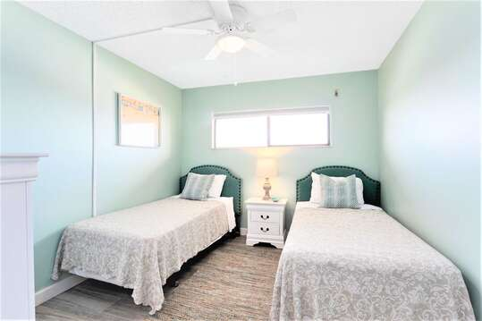 Guest bedroom with 2 twin beds & TV with Roku access (Netflix, Youtube etc.)