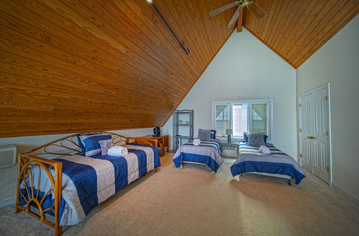 Upstairs Loft with Multiple Beds - Great for Kids