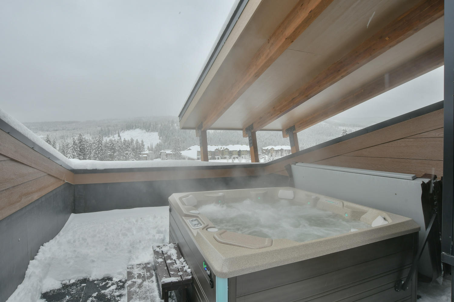Fantastic roof top hot tub with amazing mountain views